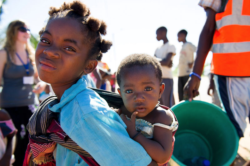 african-baby-girl-and-sister-mozambique-child-photography-tips